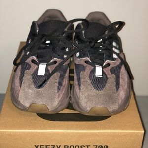 Yeezy Boost 700 mauve size 5